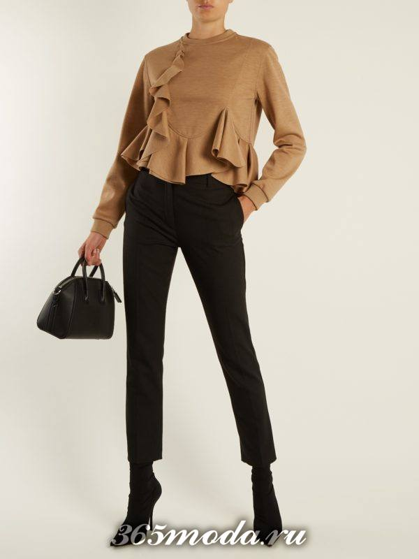 образ с бежевым свитшотом с оборками и укороченными брюками весна