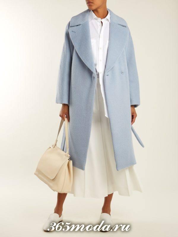 образ с голубым пальто миди и юбкой клеш весна