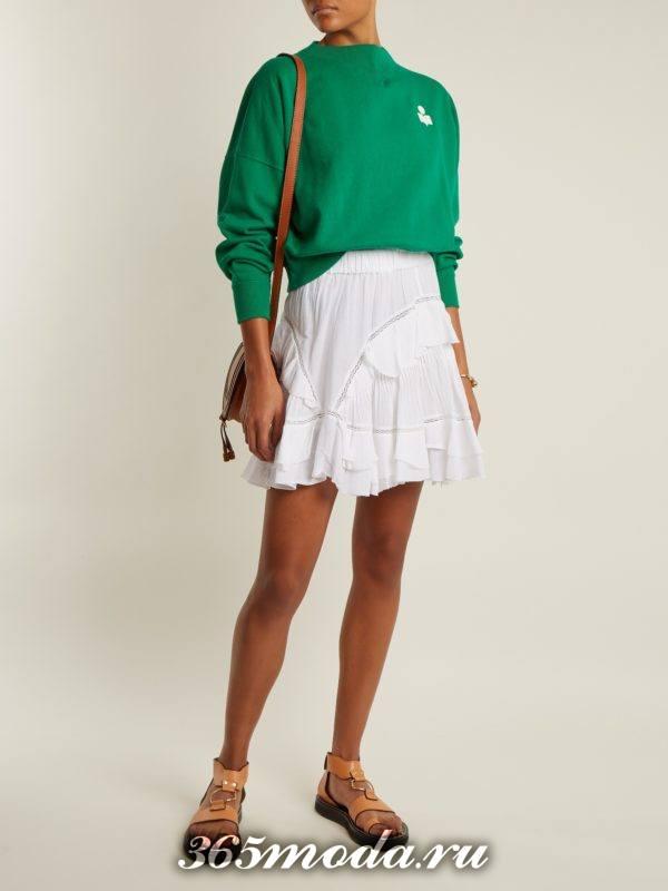 образ с зеленым свитшотом и белой юбкой мини весна
