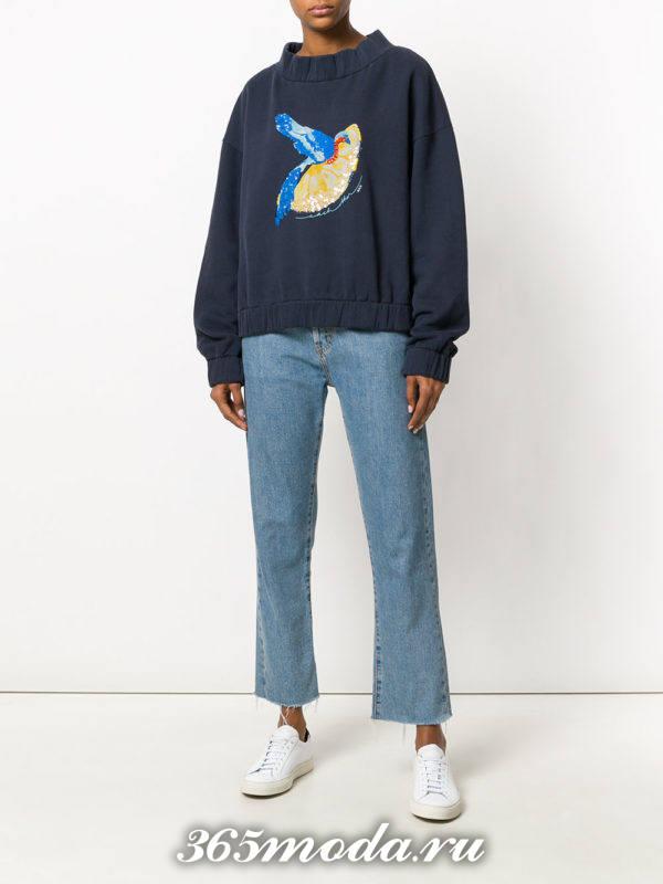 образ с синим свитшотом с рисунком и джинсами клеш весна