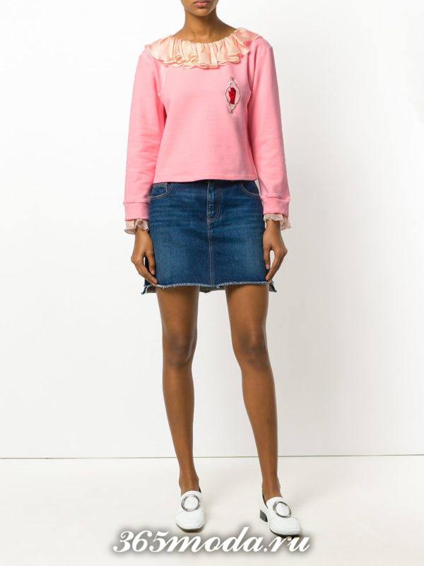 образ с розовым свитшотом с оборками и джинсовой мини юбкой весна