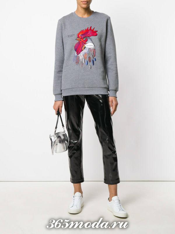 образ с серым свитшотом с изображением и кожаными брюками весна