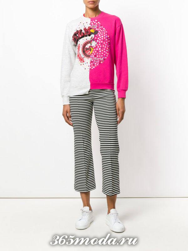 образ с двухцветным свитшотом и полосатыми брюками весна