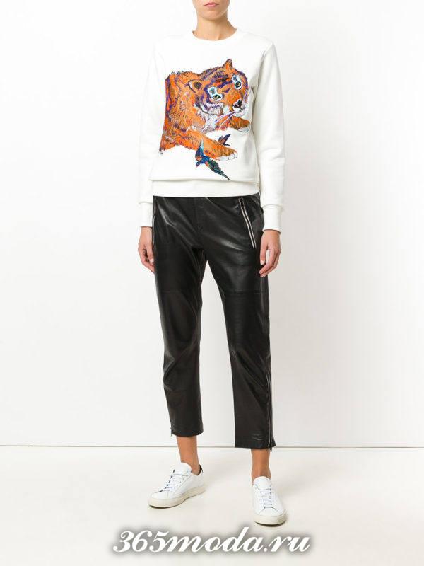 образ с белым свитшотом с изображением и кожаными брюками весна