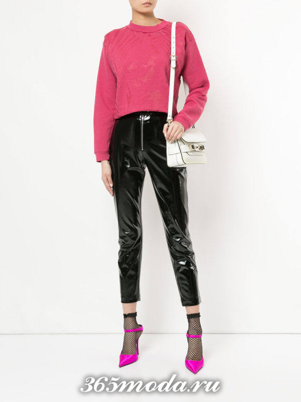 образ с розовым свитшотом и кожаными брюками скинни весна
