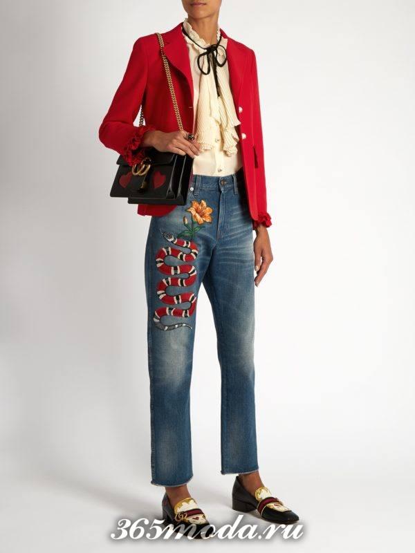образ с джинсами бойфрендами с вышивкой и красным пиджаком весна