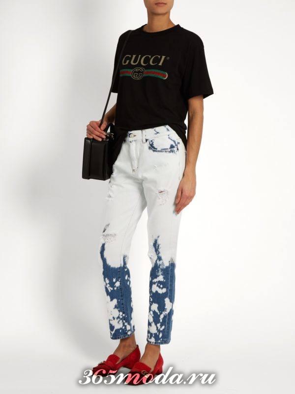 образ с светлыми джинсами бойфрендами и черной футболкой весна