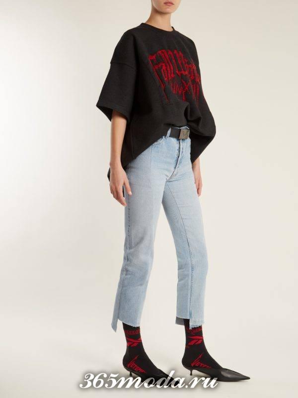 образ с укороченными джинсами и футболкой оверсайз весна