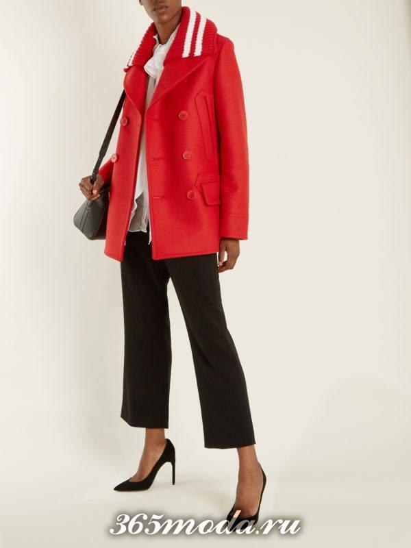 образ с коротким красным пальто и черными укороченными брюками весна