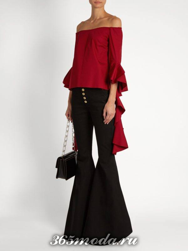 образ с черными джинсами клеш и асимметричной блузой с оборками весна