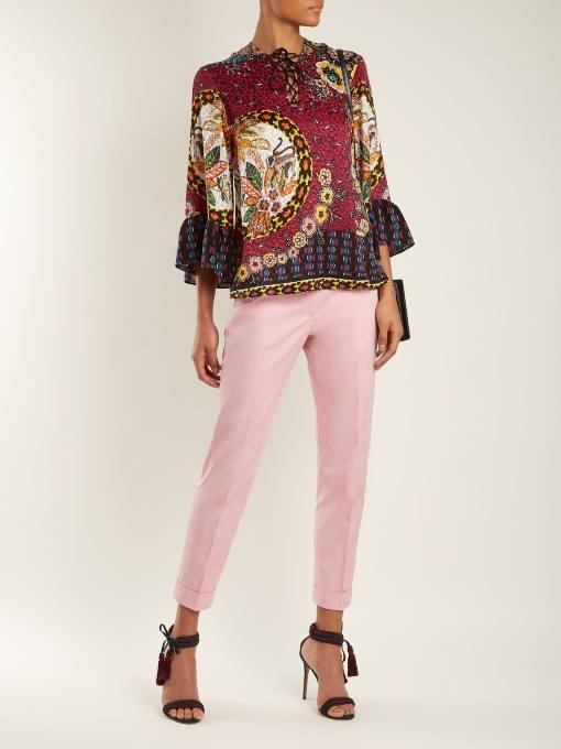 образ с укороченными розовыми брюками и блузой с принтом весна
