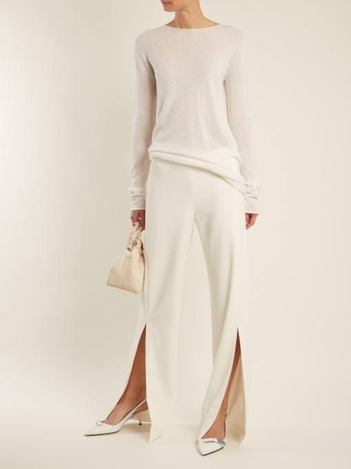 образ с белыми брюками клеш и белым свитером весна
