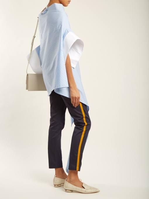 образ с укороченными брюками с лампасами и блузой оверсайз весна