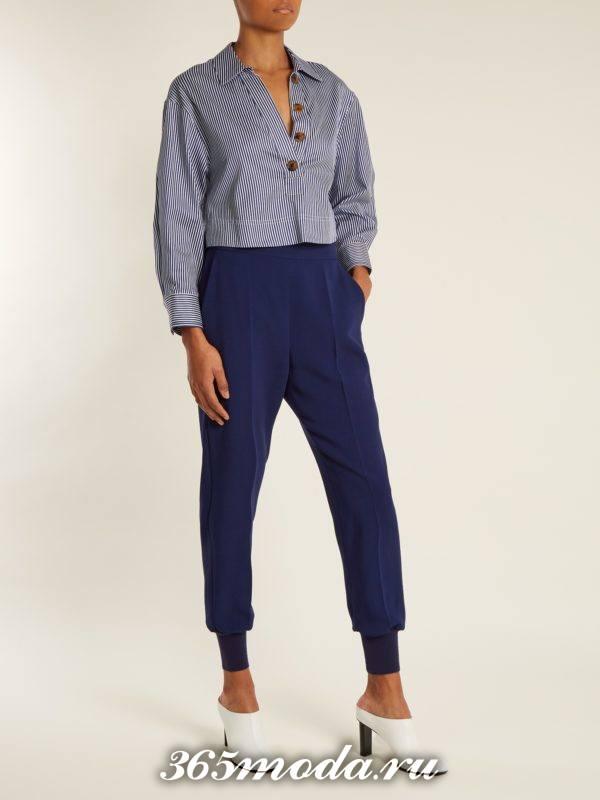 образ с синими брюками с манжетами и рубашкой в полоску весна