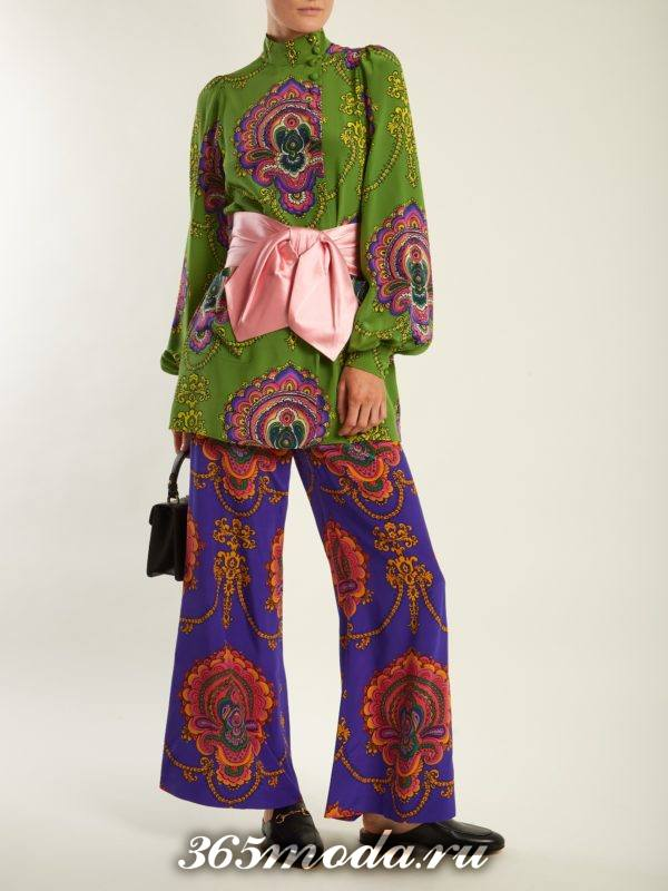 образ с широкими брюками с принтом и блузой с поясом весна