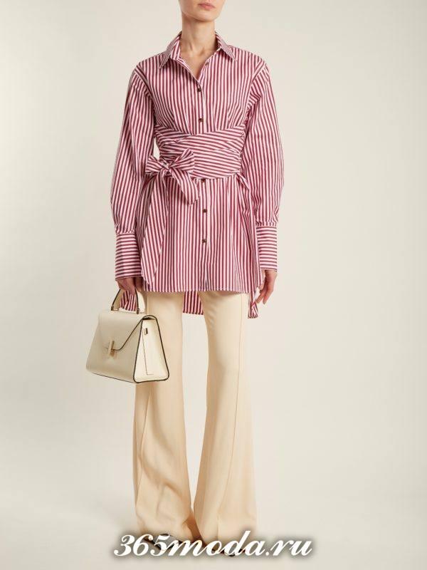 образ с молочными брюками клеш и удлиненной блузой весна