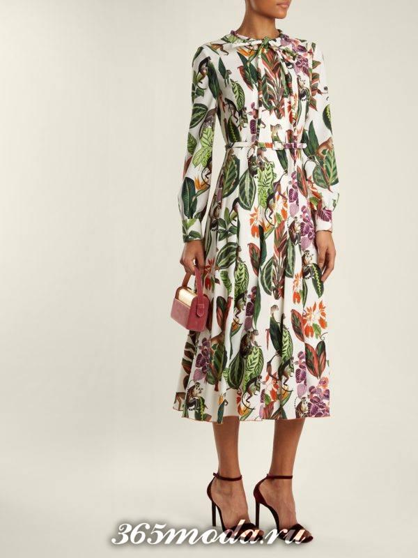 образ с миди платьем клеш с принтом весна