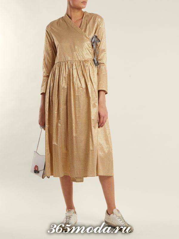 образ с золотистым платьем миди с принтом весна
