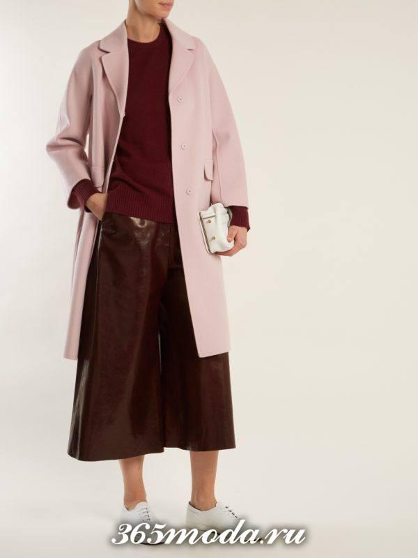 образ с розовым пальто и кожаными брюками кюлотами весна