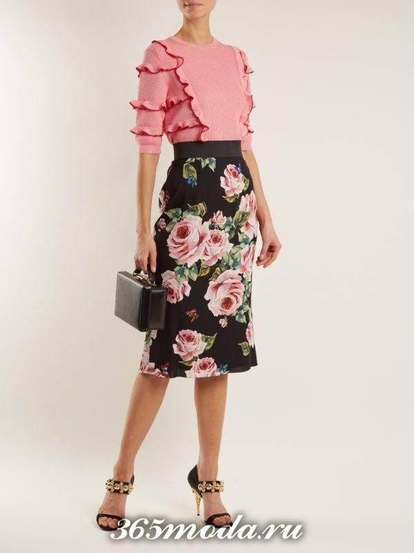 образ с юбкой карандаш с принтом и блузой с оборками весна