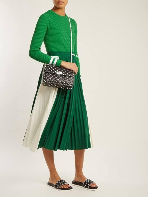 образ с зеленой юбкой плиссе и зеленым свитером весна