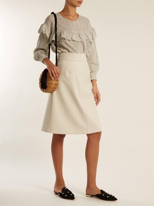 образ с молочной юбкой и блузкой с оборками весна