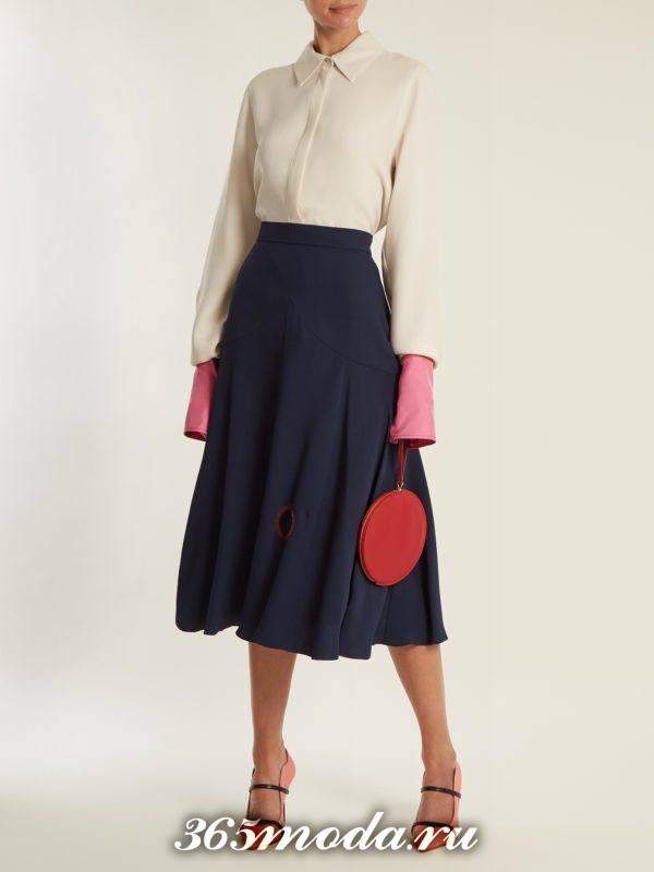 образ с синей юбкой клеш и блузкой с декором весна