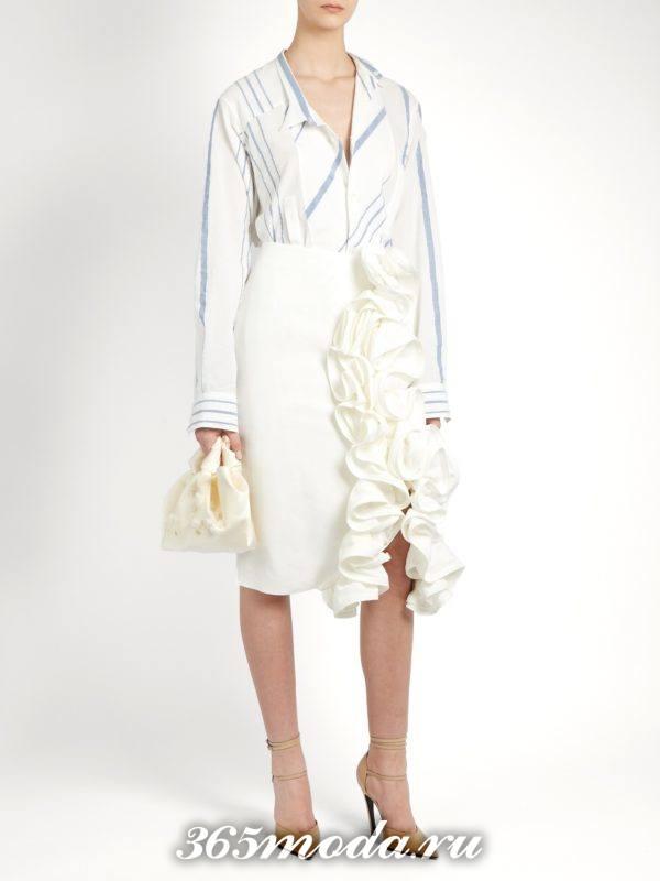 образ с белой юбкой карандаш с оборками и блузкой весна