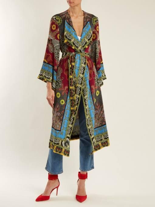 образ с пальто с принтом и джинсами весна