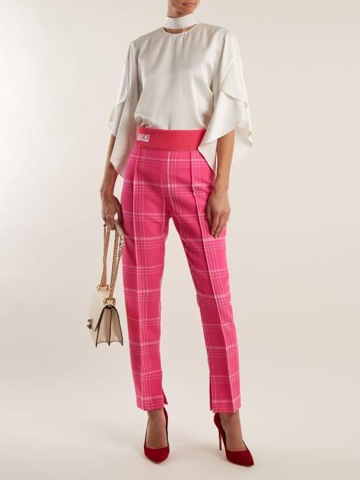 образ с брюками с принтом и белой блузой весна