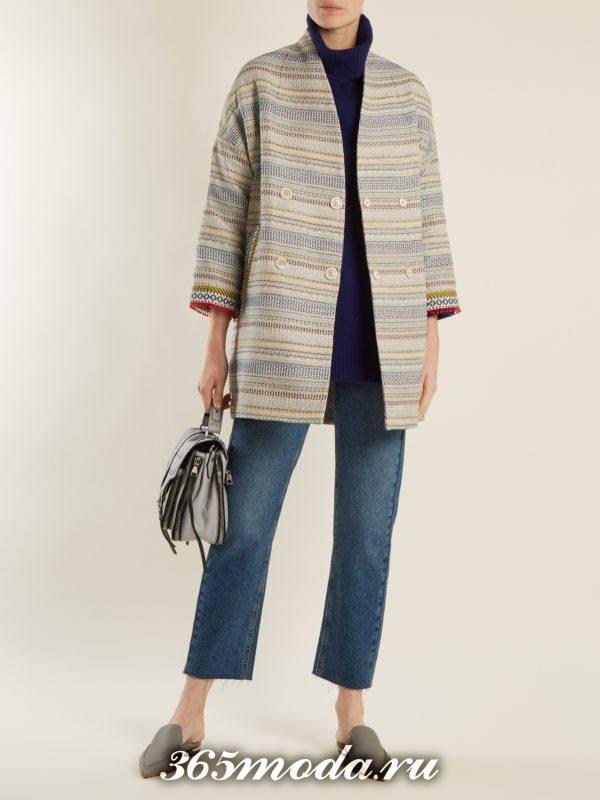 образ с коротким пальто с принтом и прямыми джинсами весна