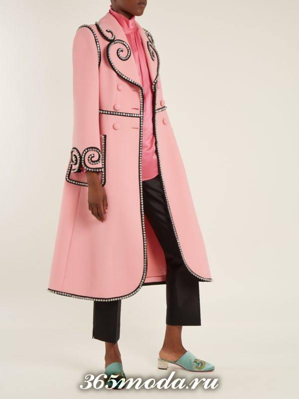 образ с розовым пальто с декором весна