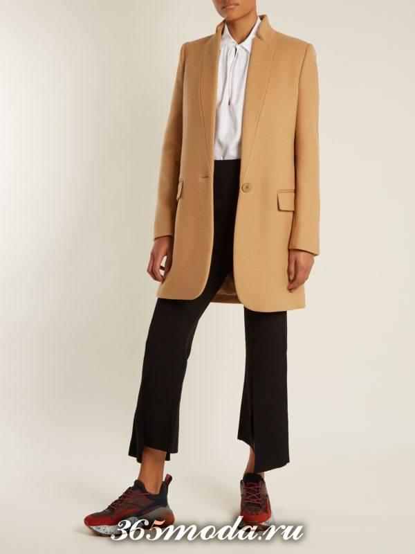 образ с коричневым пальто и укороченными черными брюками весна