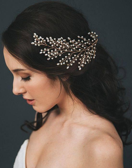 свадебная прическа разпущеные волосы с украшением