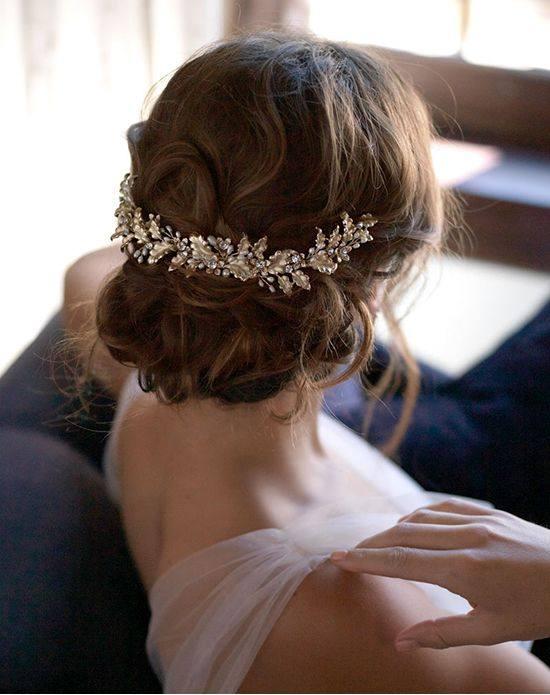 свадебная прическа с собраными волосами и заколкой