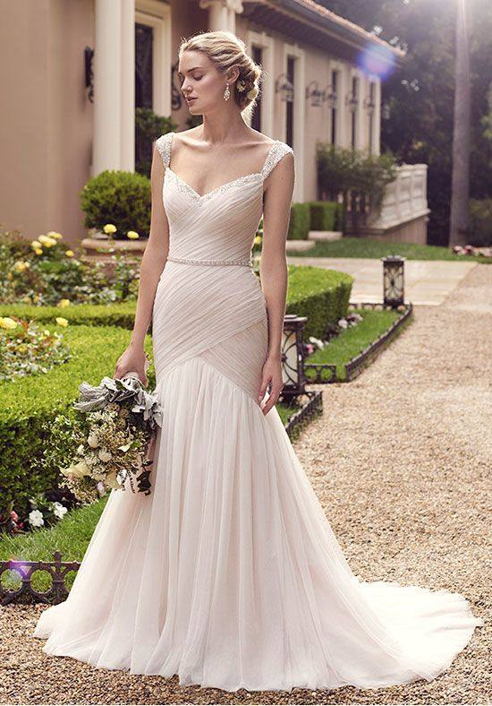 свадебное платье со шлейфом молочного цвета