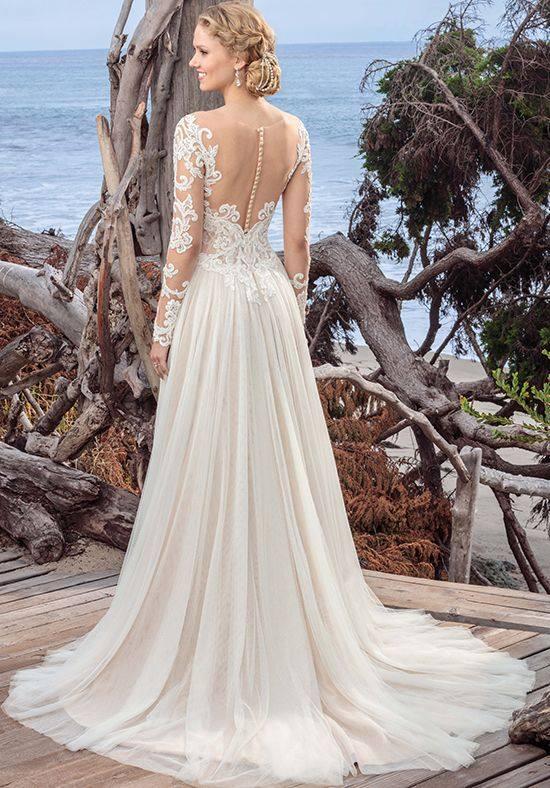 свадебное платье с кружевными деталями со шлейфом