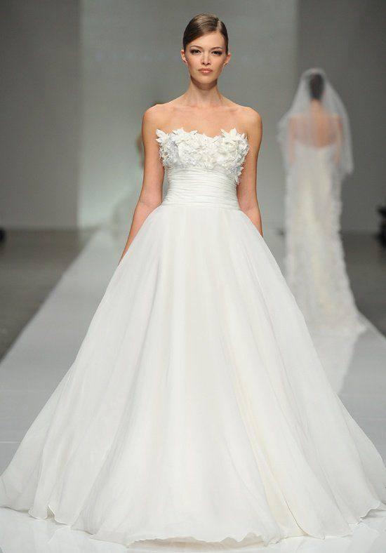 свадебное пышное платье с открытыми плечами с декором