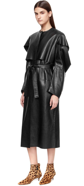 Модные тренды осень-зима 2019-2020: черный кожаный плащ с оборками