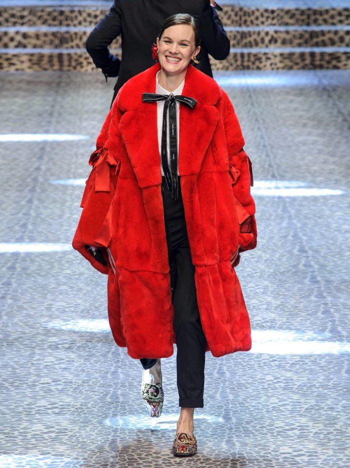 Модные тренды осень-зима 2019-2020: красное пальто оверсайз