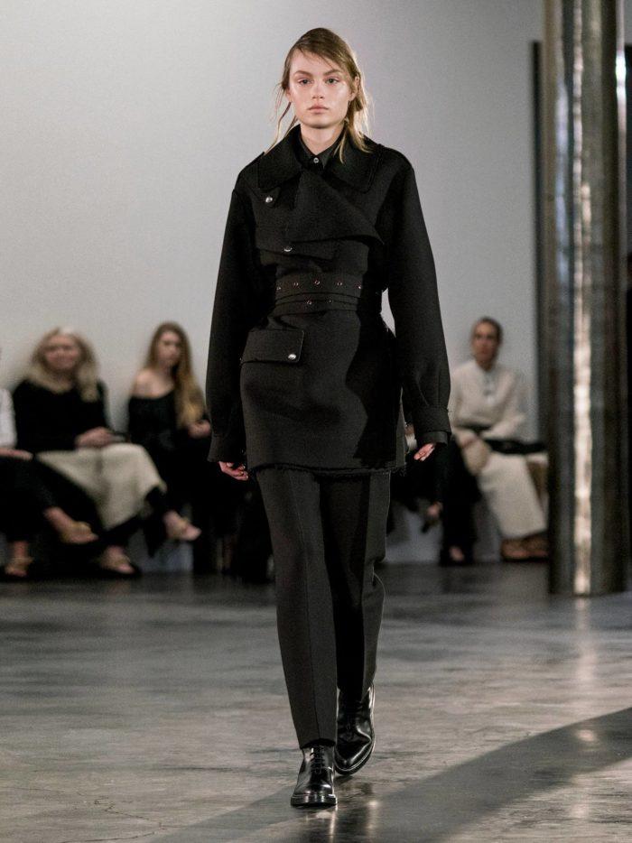 тренды осень-зима 2019-2020: черный брючный костюм с поясом
