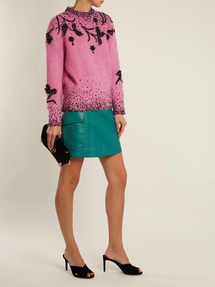 Модные тренды осень-зима 2019-2020: розовый свитер с декором