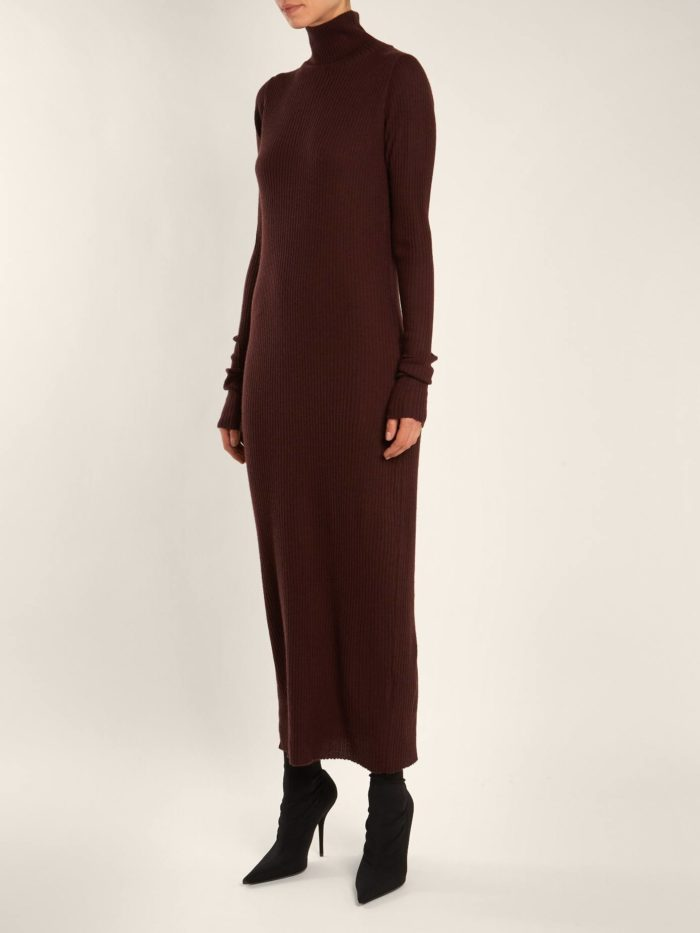 Модные тренды осень-зима 2019-2020: длинное темное платье свитер