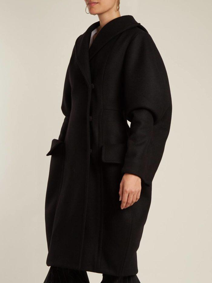 Модные тренды осень-зима 2019-2020: черное пальто с пышными рукавам