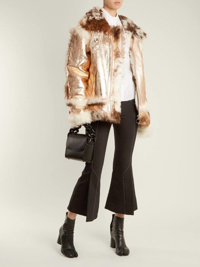 Модные тренды осень-зима 2019-2020: золотистая кожаная куртка с мехом