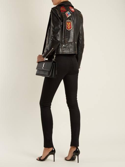 черная кожаная куртка с декором осень-зима