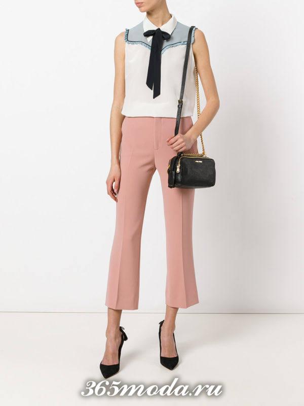 укороченные розовые брюки клеш с с туфлями на шпильке