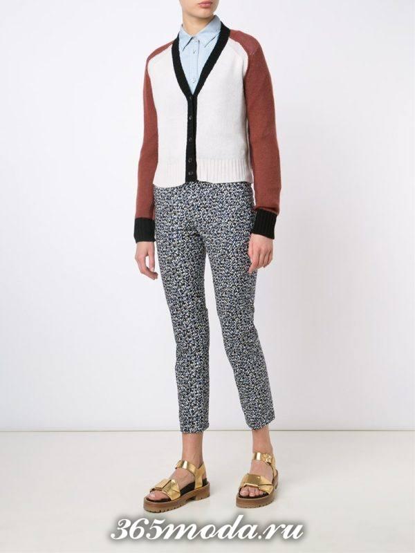 укороченные брюки с принтом с золотыми босоножками