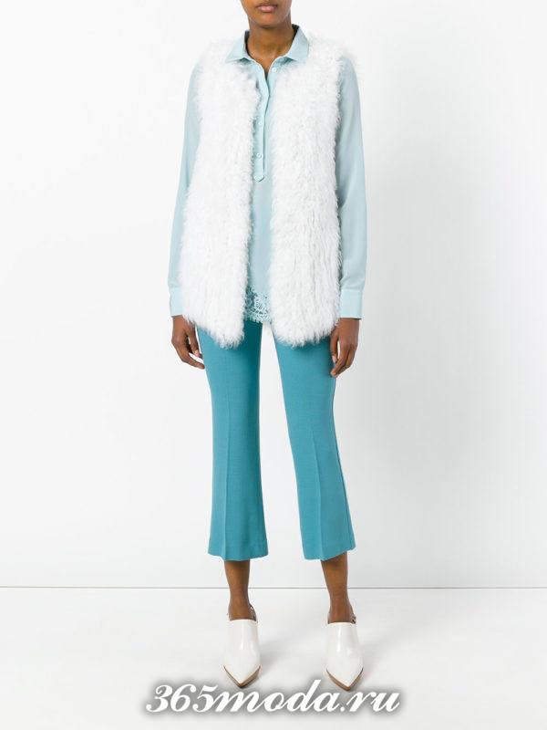 укороченные голубые брюки клеш с туфлями с острым носком
