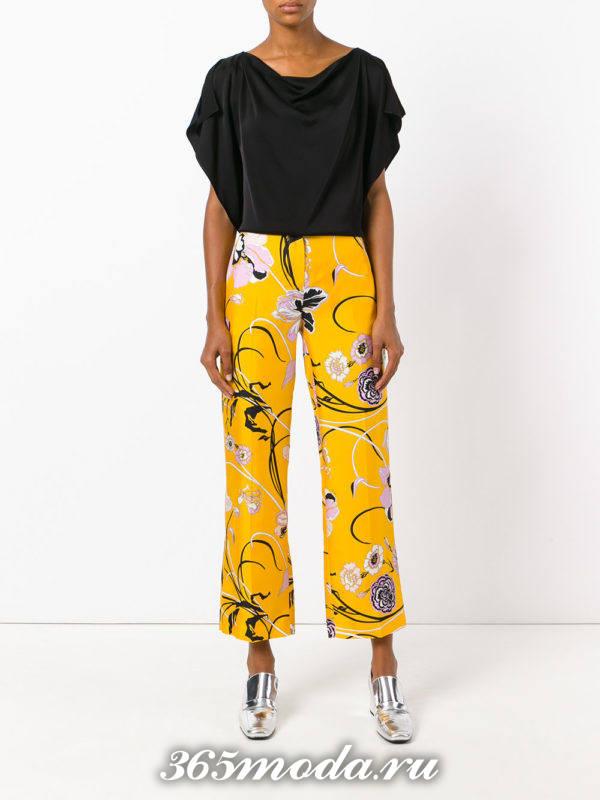 укороченные желтые брюки с принтом